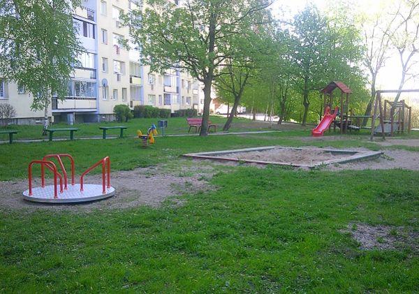 Przeglądasz fotografie z witryny kolonia.gda.pl Karuzela na placyku zabaw